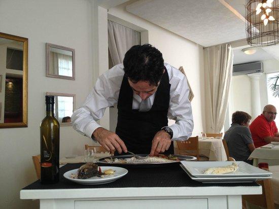 L'Osteria Restaurante: Vito; Sirviendo el Branzino