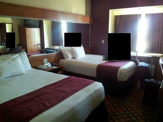Microtel Inn & Suites by Wyndham Aransas Pass/Corpus Chris:                   Unser Zimmer am Fenster erkennt man die Liege