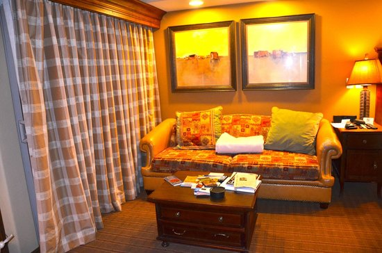 Sedona Summit Resort: old couch and small living space