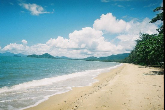 Sarayi Boutique Hotel :                   The beach across the street from Sarayi Hotel, Palm Cove