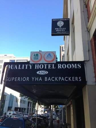 Montgomery's Private Hotel & YHA Backpackers: entrance to the hostel