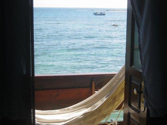 Pousada Farol das Estrelas:                   Varanda com rede e vista para o mar