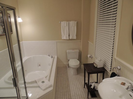 Kedron Valley Inn: Bathroom