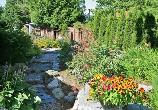Inn-Nature Retreat & Spa: Beautiful gardens at InnSpire