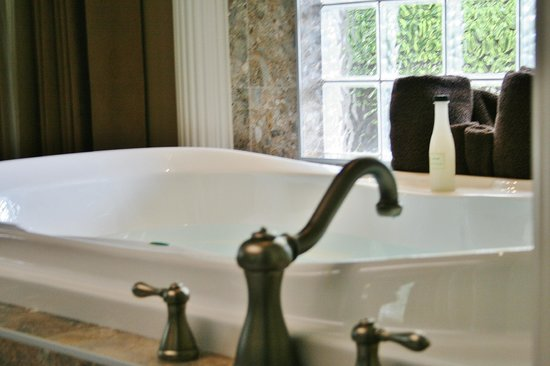 Inn-Nature Retreat & Spa: Extra deep soaker tubs in Vacation Rentals Grand Villas