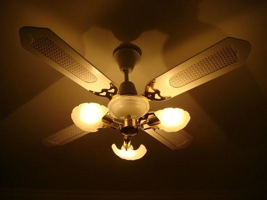 Comfort Inn The International: A nice ceiling room fan