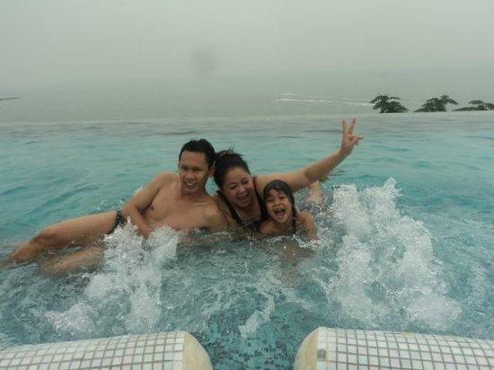 โรงแรมรอยัล คลิฟ บีช:                   สระว่ายน้ากลางทะเล
