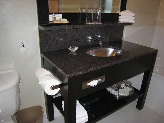 Opus Hotel: Good size sink.