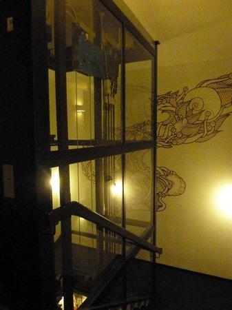 The Weinmeister:                   Hall do elevador panorâmico no centro do hotel