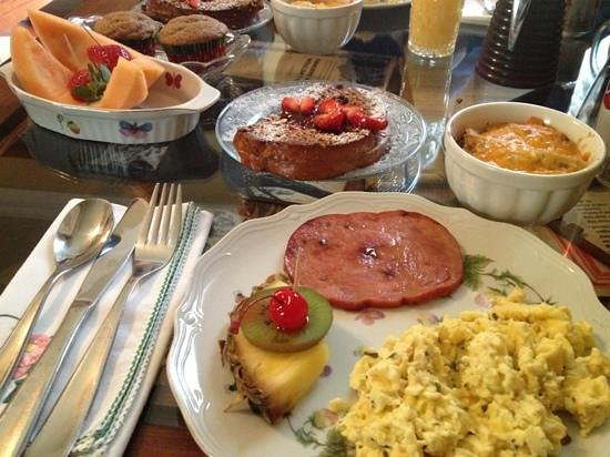 Azalea Inn Bed and Breakfast:                   wonderful breakfast!