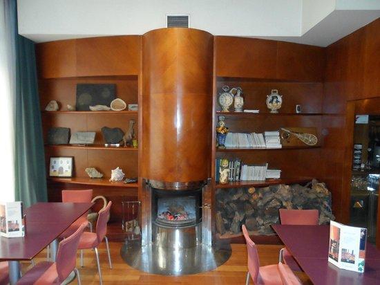 Hotel Virrey:                   Salón y chimenea