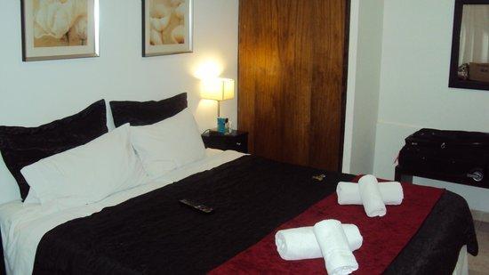 Abadia Hotel Apart:                   La misma habitación, pero le cambiaron unos días después cobertor y piecera y