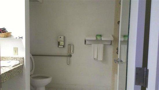 Ramada Ankeny: Restroom inside Hotel Room