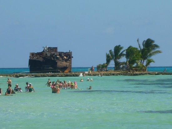 Hotel Red Cay:                   Playa a unos pocos Km...