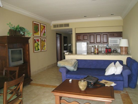 Pueblo Bonito Sunset Beach:                   Living area and kitchen