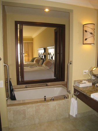 Pueblo Bonito Sunset Beach Golf & Spa Resort:                   view from the bathroom