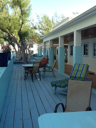 The Villas of Salt Cay: The patio area in front of the rooms