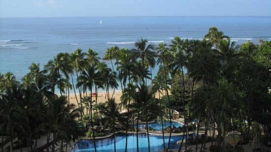 Hilton Hawaiian Village Waikiki Beach Resort:                   View of bool and beach from Room