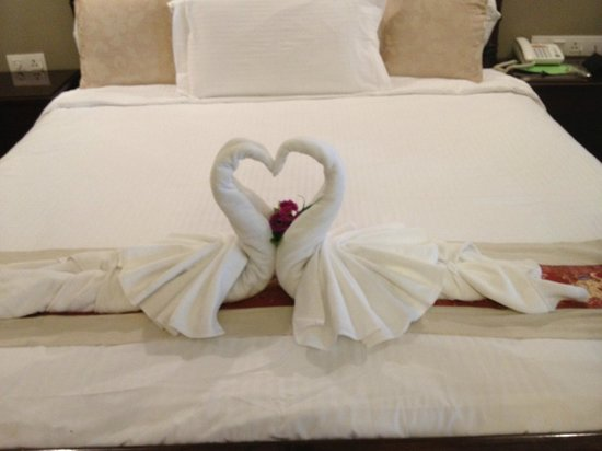 ANGGUN BOUTIQUE HOTEL: Towels in shape of two swans