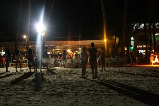 White Beach de Boracay:                   Beachfront at night
