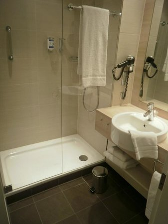 H2 Hotel Berlin Alexanderplatz:                   Modern and clean bathroom with separate room for toilet