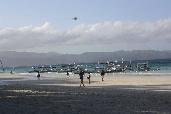 White Beach de Boracay :                   Southside view beachfront heading towards Station 2