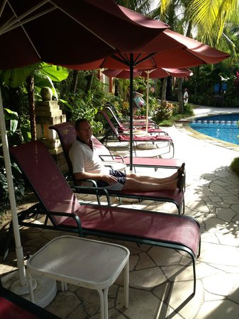 PARKROYAL Penang Resort, Malaysia: Very relaxing sitting around the pool