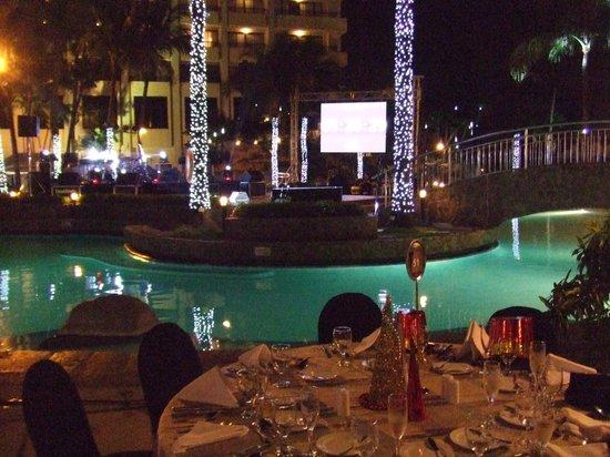 Sofitel Philippine Plaza Manila:                   Poolside setting for the Countdown celebrations