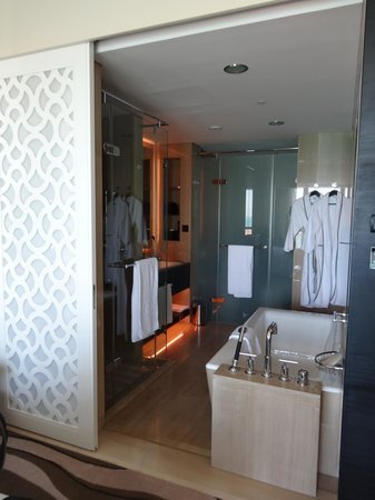 Sofitel Abu Dhabi Corniche: Bathroom with the wall between the bedroom open