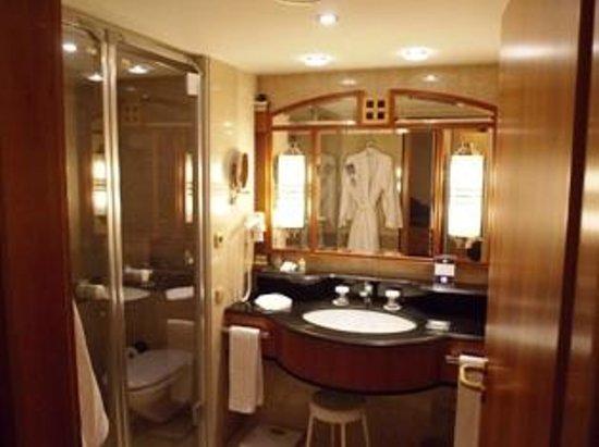 Kempinski Hotel Corvinus Budapest:                   il bagno