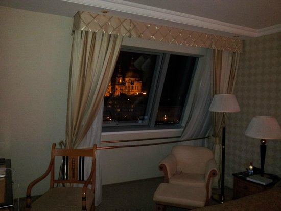 Kempinski Hotel Corvinus Budapest:                   dalla finestra la Basilica di Santo Stefano