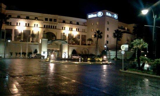 โรงแรมฮิลตันมอลท่า: At night