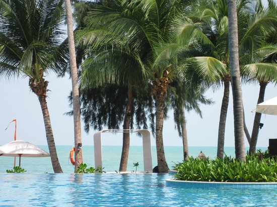 Melati Beach Resort & Spa:                   Pool overlooking the beach
