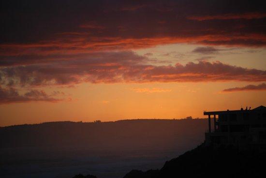 Singing Kettle Beach Lodge & Restaurant: Sunset over Plettenberg Bay