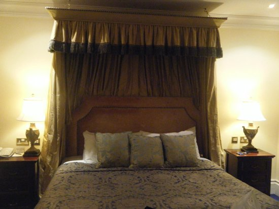 Muckross Park Hotel & Spa:                                     Suite bed