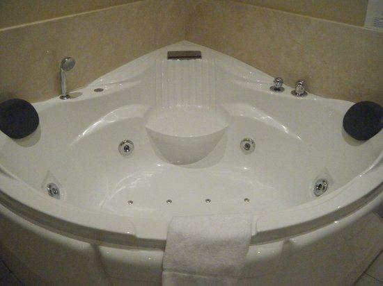 Muckross Park Hotel & Spa:                                     Huge jacuzzi bath