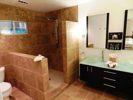 Ohi'a Park Estate: Bathrooms