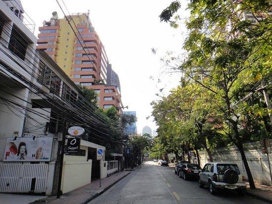 AT EASE Saladaeng by Aetas:                   Улица, на которой стоит отель