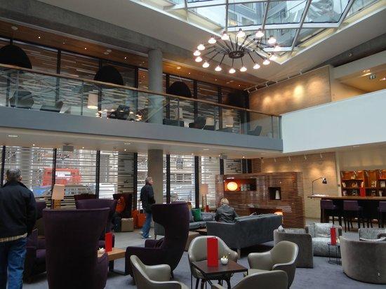 DoubleTree by Hilton Hotel London -Tower of London:                                     lobby bar