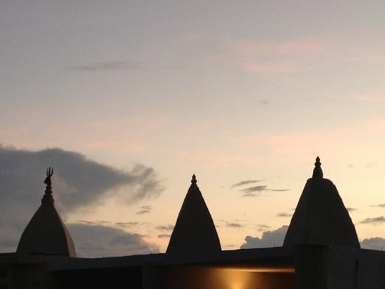 Asso Villa:                                     le cupole del tempio sulla spiaggia..