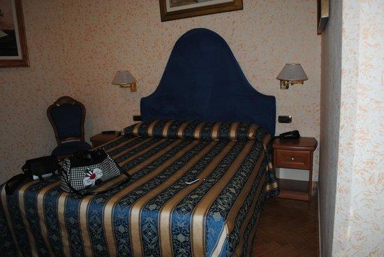 Hotel Brignole :                   camera da letto (solo metà della camera)