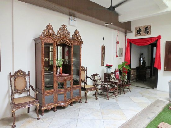 Courtyard @ Heeren Boutique Hotel:                   Antiques are displayed throughout