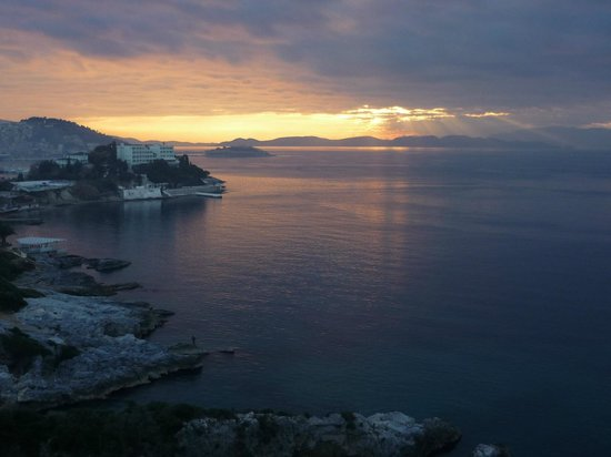 Korumar Hotel De Luxe:                   Aussicht auf die Bucht von Kusadasi am Abend