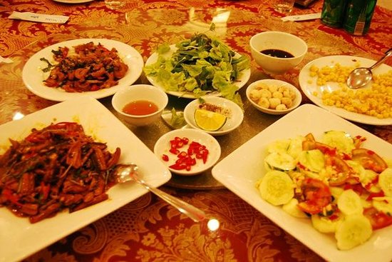Huu Nghi Hotel: Part of our dinner that night - lots of Vietnamese food, overall very good!