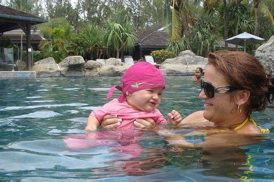 LUX* Saint Gilles:                   dans la piscine avec bébé