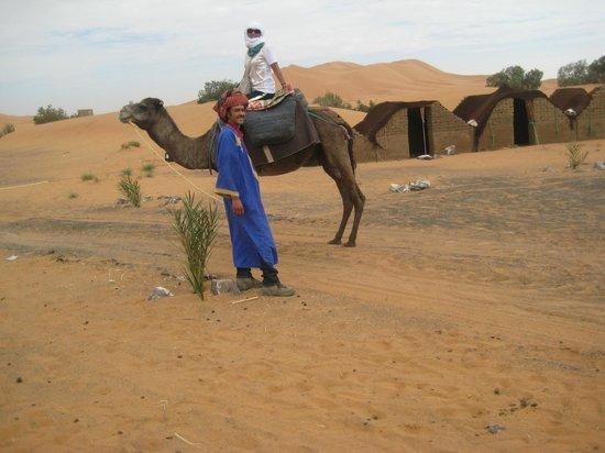 Auberge Les Pyramides:                   io e M'barek in partenza per l'oasi