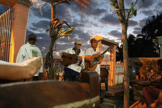 Hostal El Legendario:                   Trio Sonero en el bar frente a la playa