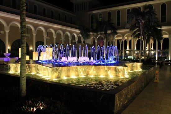 Gran Melia Palacio de Isora Resort & Spa: fuente central y al rededor zona chill aut