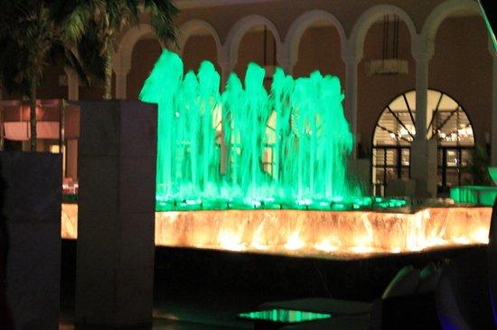Gran Melia Palacio de Isora Resort & Spa: fuente pegada a la terraza donde cenas y a cada hora en punto comienza un espectaculo