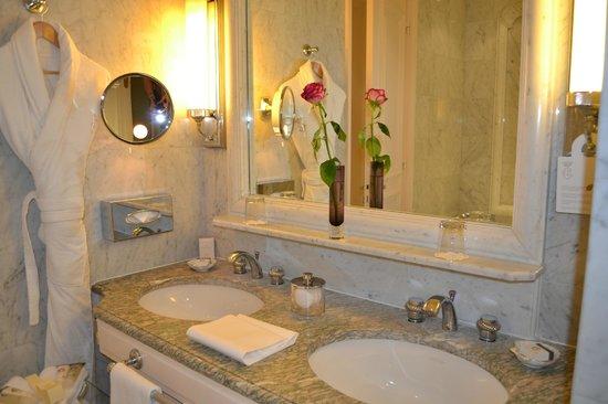 Hôtel de Crillon, A Rosewood Hotel:                                     la salle de bain de la chambre supérieure